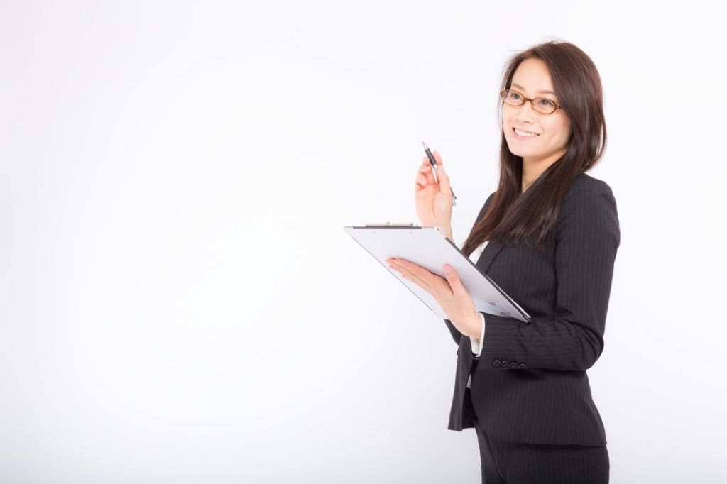 ブランド品買取の回転率を説明する女性